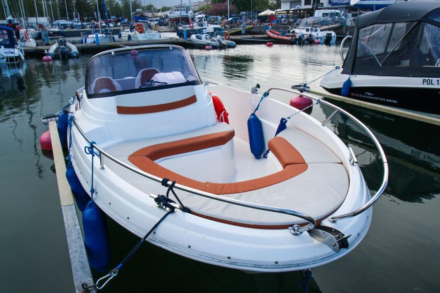 Łódź AM555 do 6 osób wynajem / czarter / rejsy ze sternikiem lub bez: zdjęcie 87067016