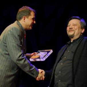 Piotrowi Wyszomirskiemu gratuluje Grzegorz Gzyl