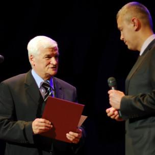 Jan Kozłowski na chwilę przed odczytaniem wyników