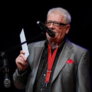 Przemysław Dyakowski z zalakowaną kopertą z wynikami