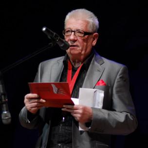 Przemysław Dyakowski odczytuje wyniki w kat. Muzyczne Trójmiasto