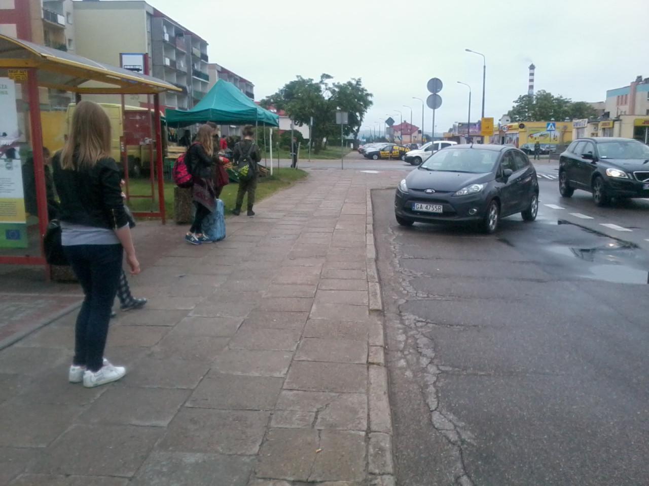 Parkowanie skośne na przystanku autobusowym