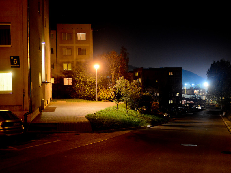 Ulica nieoświetlona, bo nie było komu płacić za prąd