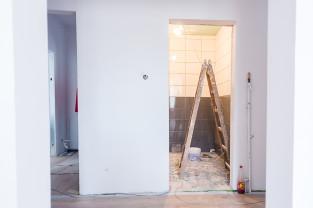 Bezdomni remontują mieszkanie, by później w nim zamieszkać
