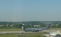 Wojskowy samolot na lotnisku w Gdańsku