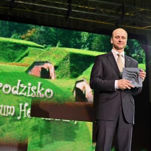 Przemysław Guzow odbiera statuetkę w kat. Rekreacyjna Przestrzeń