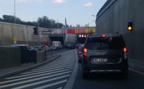 Skutki awarii ciężarówki w tunelu