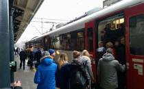 Skład pociągu a ilość ludzi. Dworzec...