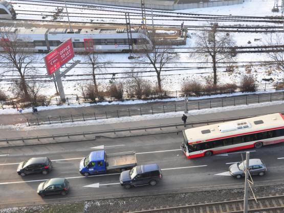 Kolizja dostawczaka z autobusem miejskim na Błędniku