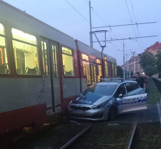 Radiowóz wjechał na torowisko tramwajowe