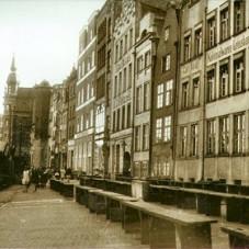 Kamieniczki przy Rybackim Pobrzeżu. Na zdjęciu widoczne są ławy targowe.