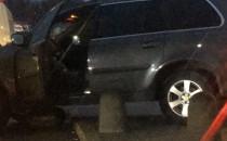 Auto na chodniku na parkingu przy Rivierze.
