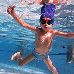 Czteroletnie dziecko na lekcji pływania