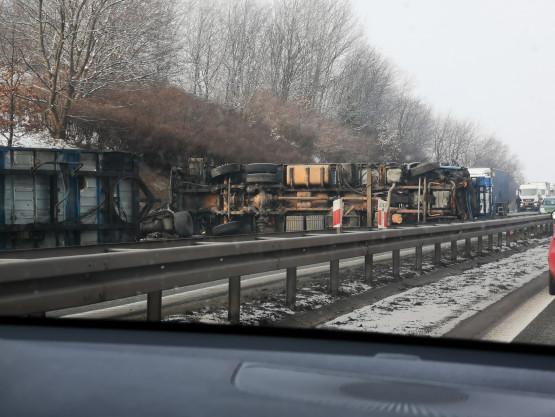 Przewrócona ciężarówa blokuje obwodnicę w stronę A1 na Szadółkach