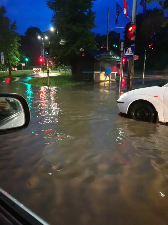 Al. Zwycięstwa we Wrzeszczu zalana po deszczu