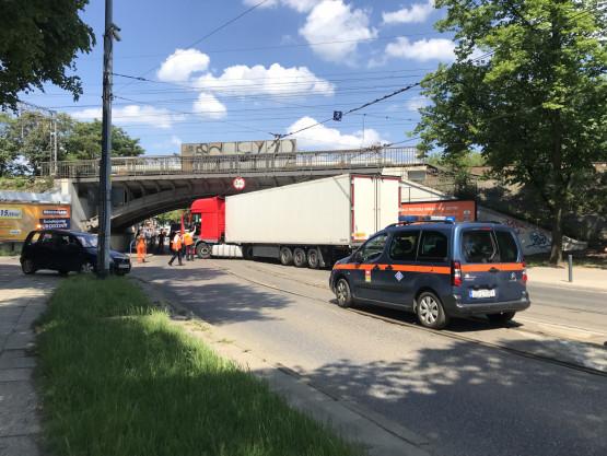 Ciężarówka utrudnia ruch na Hallera