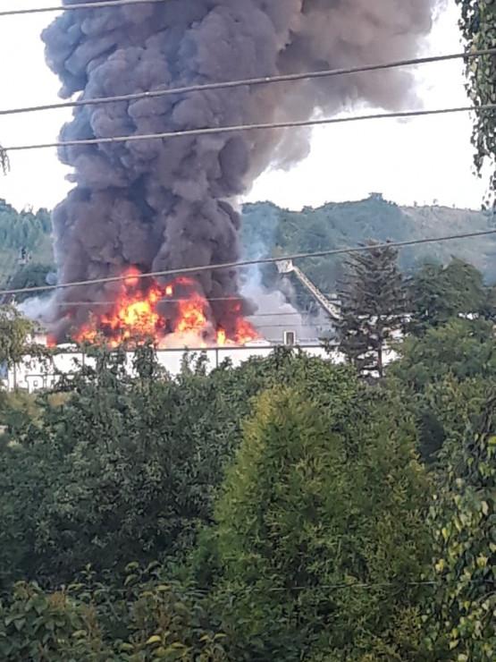 Chełm: płoną hurtownie meblowe w okolicy stacji benzynowej