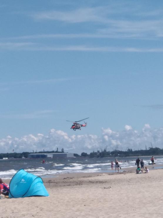 Helikopter ratunkowy krąży nad plażą w Brzeźnie