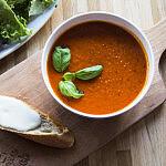 Krem z pomidorów z grzanką i świeżą mozzarellą
