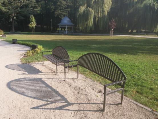 Zdemontowane siedziska w ławkach w Parku Oruńskim