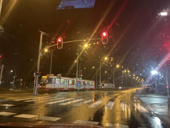 Stłuczka z tramwajem na skrzyżowaniu pod Galerią Morena