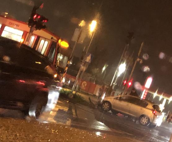 Na al. Havla samochód wjechał pod tramwaj