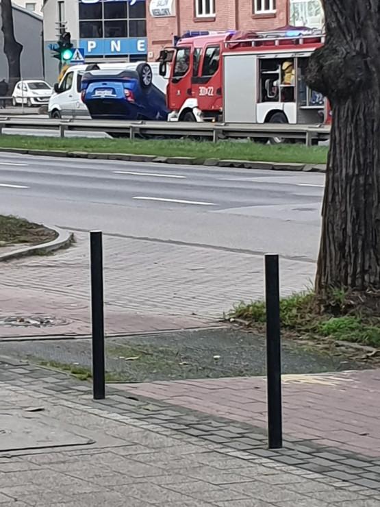 Wypadek na al. Grunwaldzkiej. Samochód dachował