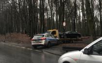 Zniszczone auto już na poboczu