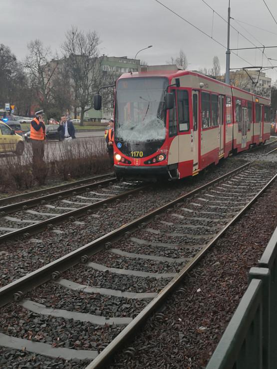 Wykolejony tramwaj na Kartuskiej po kolizji