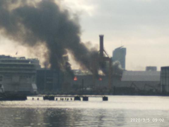 Ciemny dym nad portem w Gdyni