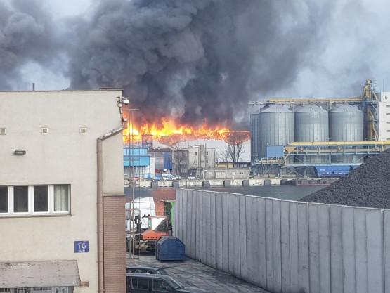 Pożar stoczni na Nabrzeżu Indyjskim w Gdyni