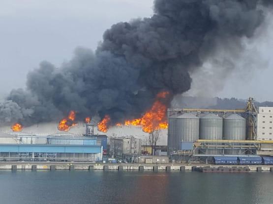 Duży pożar hali na terenie portu w Gdyni