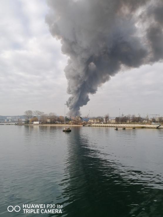Kłęby czarnego dymu - pożar w gdyńskim porcie