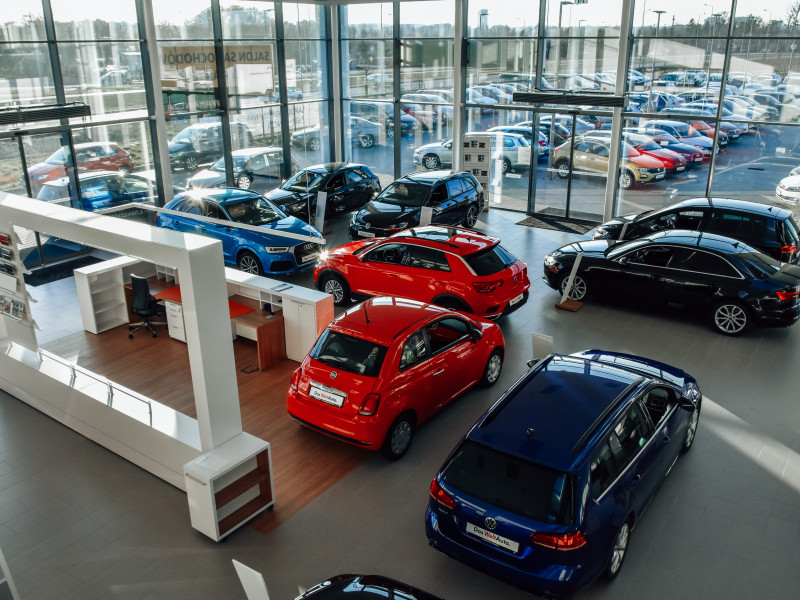 Salon samochodowy w miejscu Media Markt