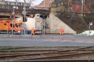 10 za dużych pojazdów dziennie pod wiaduktem na Hallera