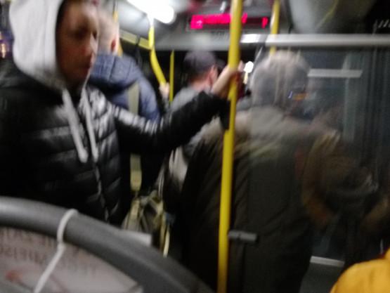 Zatłoczony autobus 138