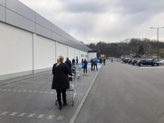 Spora kolejka przed Lidlem na Kartuskiej