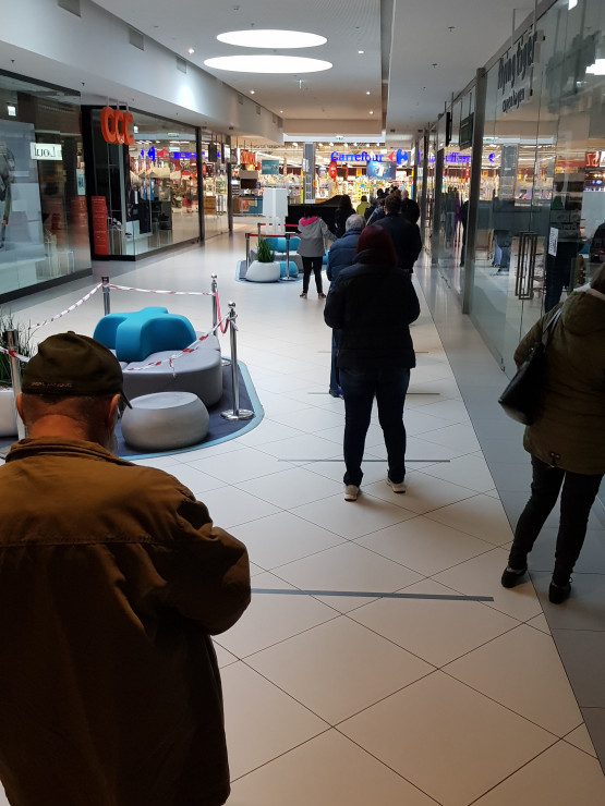 Długa kolejka w Carrefourze na Morenie
