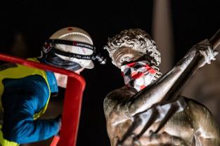 Gdańskie pomniki przypominają o noszeniu maseczek
