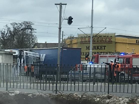 Wypadek ciężarówki i tramwaju na ul. Marynark Polskiej. Ranna motornicza