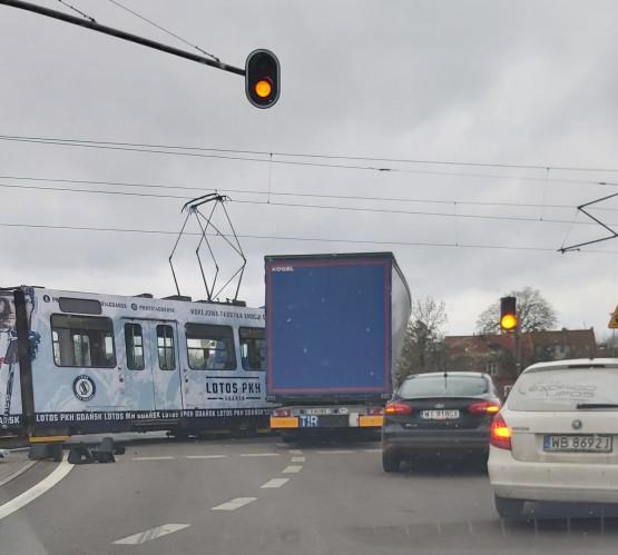 Stłuczka tramwaju i samochodu ciężarowego