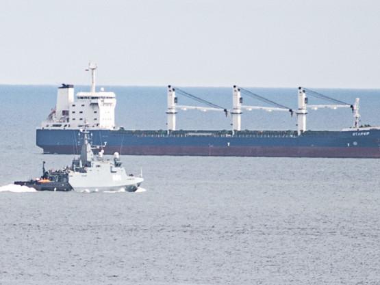 Niszczyciel min ORP Kormoran odholowuje minę w głąb zatoki