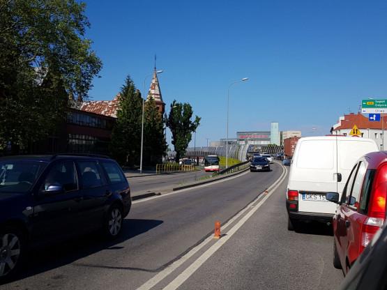 Stoi estakada nad Grunwaldzką w kierunku Zaspy