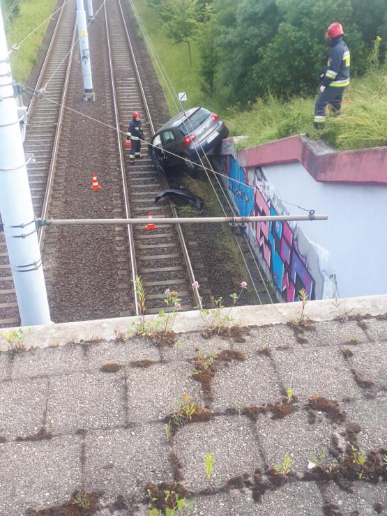 Auto po wypadku wciąż blokuje torowisko
