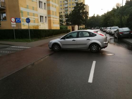 Auto stoczyło się w Sopocie na ul. Kolberga