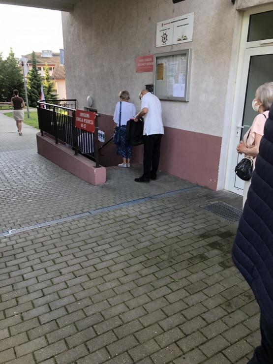 Na Aniołkach też kolejka do lokalu wyborczego, mimo wczesnej pory