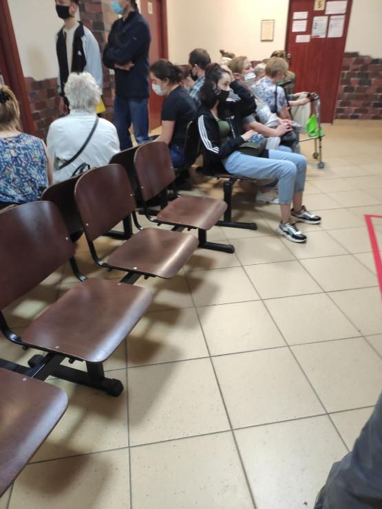 Pacjenci bez odstępów w przychodni Wałowa
