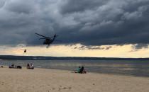 Helikoptery przeleciały nad plażą w Brzeźnie