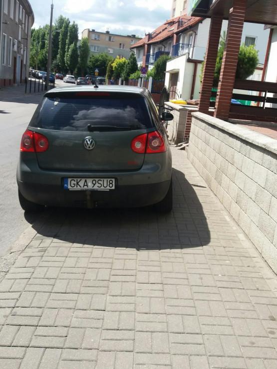 Zablokowany chodnik przez auto