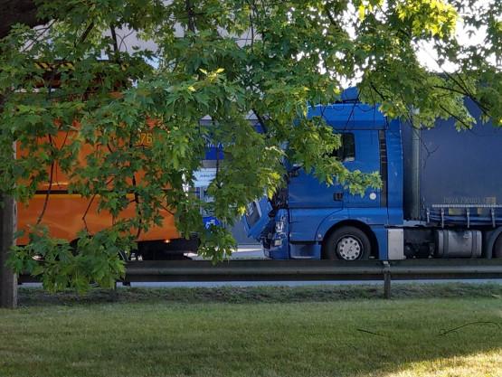Wypadek trolejbusu i ciężarówki za estakadą
